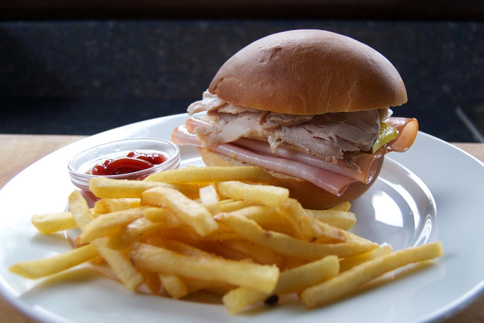 http://blog.rickk.com/food/2011/07/29/medianoche5.jpg